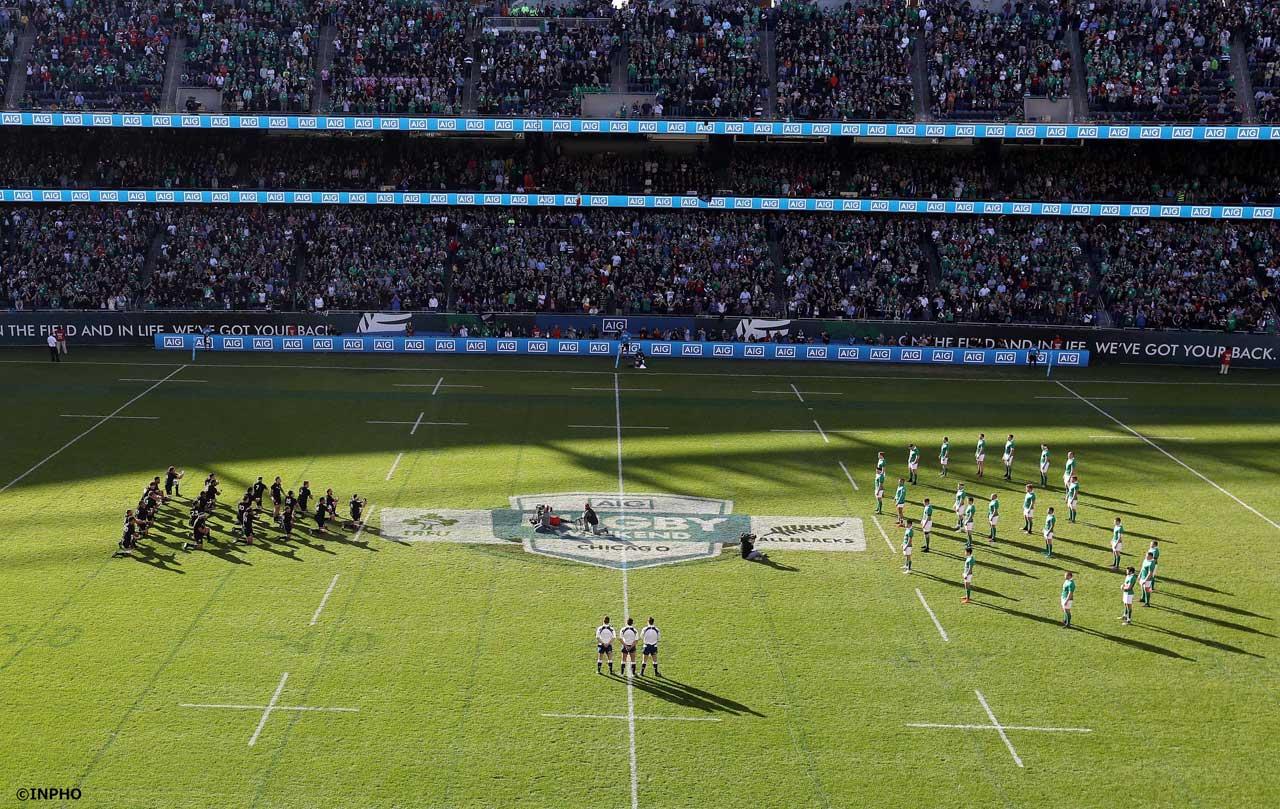 2016年、アメリカ・シカゴで行われた対オールブラックス戦で、試合数週間前に亡くなられたアンソニー・フォーリー氏(元アイルランド代表NO.8)を追悼して、8の字の隊形でオールブラックスのハカを迎え撃つアイルランド代表
